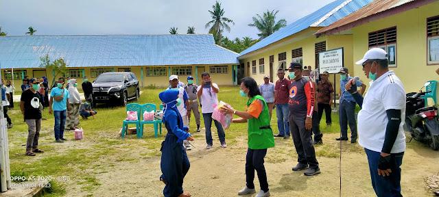 Bupati Maluku Tenggara M. Thaher Hanubun bersama Tim Gustu saat berada di Ohoi (Desa) Danar Kecamatan KKTS
