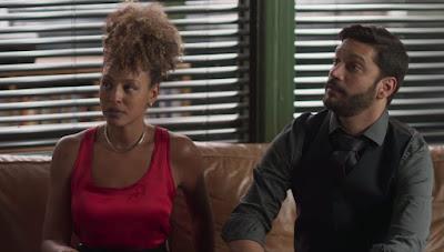 Ao lado de Gisele (Sheron Menezzes), Diogo (Armando Babaioff) é irônico com Nana (Fabiula Nascimento) — Foto: Globo