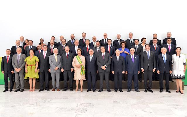 A foto foto mostra a Presidenta Dilma Rousseff e seus ministros.