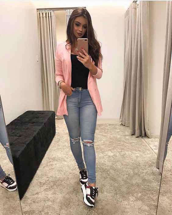 Calça jeans, blusa preta, tshirt rosa e tênis esportivo