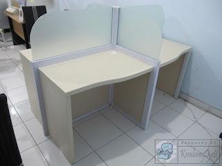 Meja Cubicle Kantor Sekat Kaca
