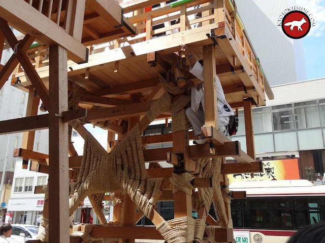 Finition pour l'assemblage d'un Hoko de la fête de Gion matsuri