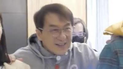 Jackie Chan Sempat Kesulitan Berjalan saat Hadiri Acara Ini