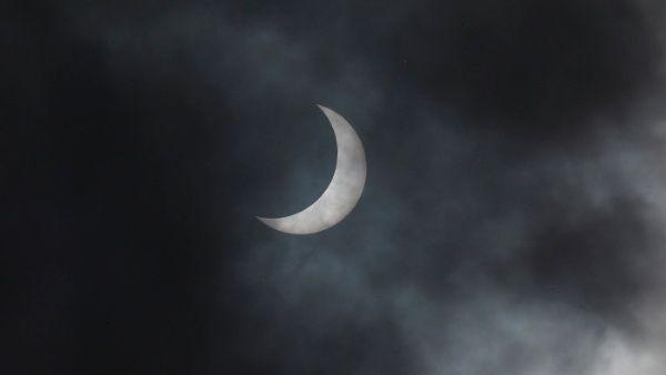 """Miles de personas observan eclipse solar """"anillo de fuego"""""""