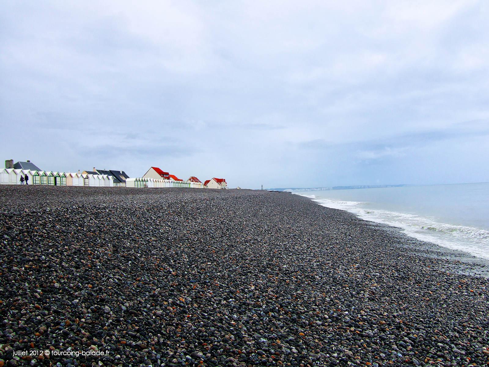 Cailleux-sur-mer, plage, cabines de bain et galets - 2012.