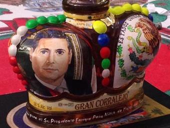 Una joya artesanal esta botella que Alfonso González encomendó a la Casa Corralejo, de México, en nombre del expresidente Enrique Peña Nieto. Foto: Museo del Tequila
