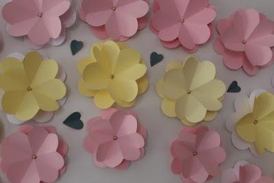 flores de cartulina para escaparate de primavera