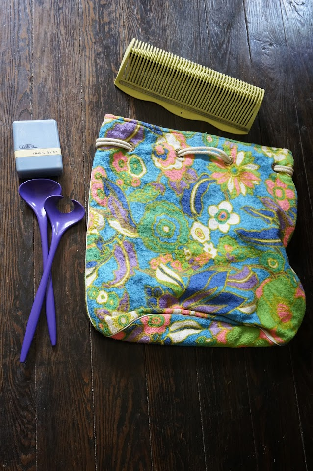 un porte disque , un nécessaire à couture Champs Elysées, des couverts à salade   un sac de plage en éponge ( ça tombe bien, je suis dans ma période tissu en éponge)  60s record holder , terrycloth beach bag , 70s set of salad server , vintage sewing kit