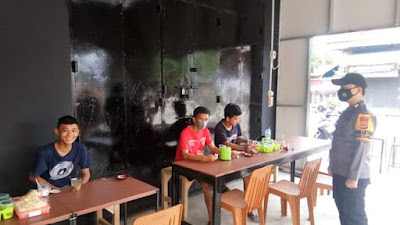Bhabinkamtibmas Imbau Pengunjung Serta Pemilik Cafe Patuhi Prokes