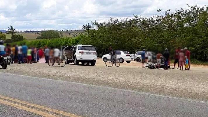 Colisão entre carro e moto deixa jovem ferido na BA-250, em Jaguaquara