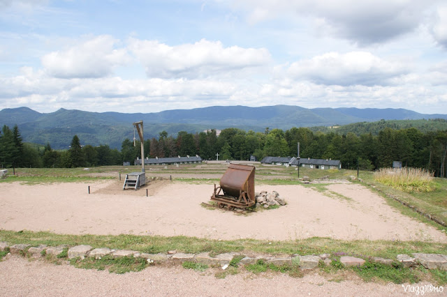 La parte esterna e il palo delle impiccagioni del Campo di Concentramento di Natzweiler-Struthof