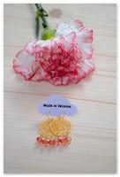 boucles d'oreilles estampes dorées et perles corail à facettes
