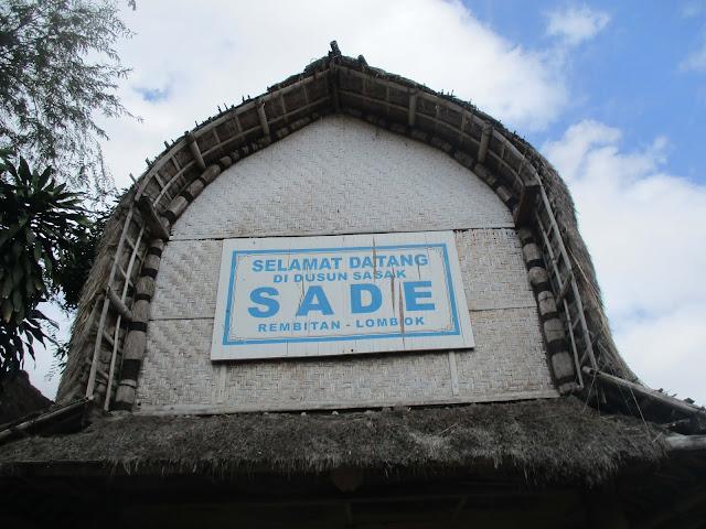 gerbang desa sade