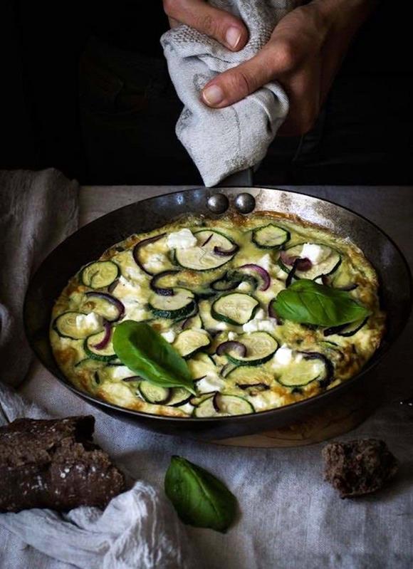 Tortilla De Queso Feta Albahaca Y Calabacin