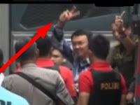Astaga, Tiba di LP Cipinang, Ahok Acungkan Dua Jari: Salam 2 Tahun!