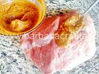 acoperim pulpa de porc cu untura condimentata inainte de a o da la cuptor - preparare reteta