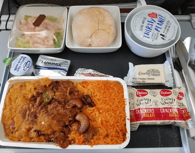 Hãng hàng không của Singapore phục vụ món mutton biryani (làm từ thịt cừu, sữa chua và các loại gia vị đặc biệt) ăn cùng với cơm. Ngoài ra còn có bánh mì, salad ăn kèm với bơ, phô mai cheddar cùng một gói bánh cracker tráng miệng.