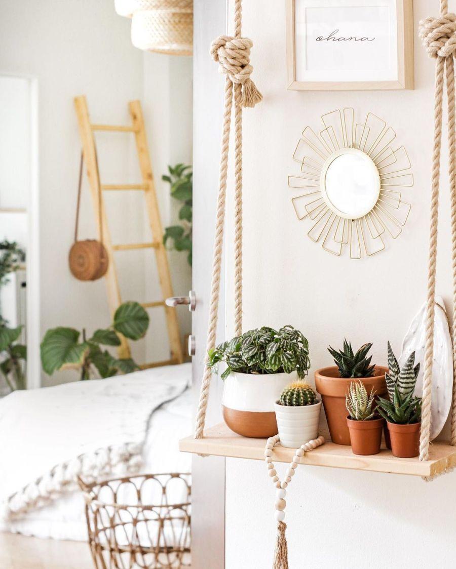 Biel, boho i styl skandynawski, wystrój wnętrz, wnętrza, urządzanie domu, dekoracje wnętrz, aranżacja wnętrz, inspiracje wnętrz, interior design, dom i wnętrze, aranżacja mieszkania, modne wnętrza, home decor, boho, styl skandynawski, scandinavian style, białe wnętrza, sypialnia, wisząca półka, drewniana półka, dekoracja ścienna