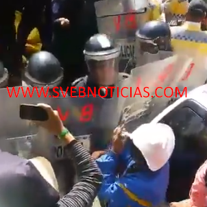 Enfrentamiento entre manifestantes y granaderos en Reforma de la CDMX