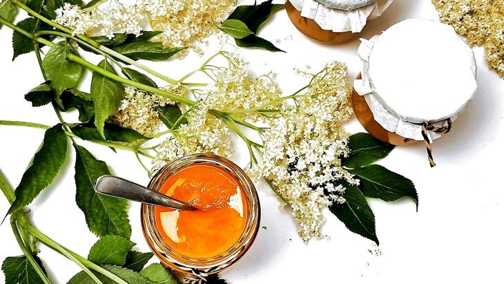 Holunderblüten und Holunderblütengelee mit Mandarinensaft im glas