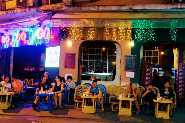 Từ khi chính thức trở thành con phố đi bộ, Bùi Viện càng trở nên quen thuộc với du khách nước ngoài lẫn giới trẻ Việt. Hai ngày cuối tuần, khu phố cấm xe từ 19h-2h sáng hôm sau để phục vụ các hoạt động vui chơi giải trí và thưởng thức ẩm thực của du khách. Người Sài thành thường chọn đến Bùi Viện để tụ tập bạn bè, cảm nhận không khí náo nhiệt về đêm.