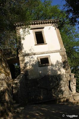 La casa pendente è una delle attrazioni più note del Sacro Bosco