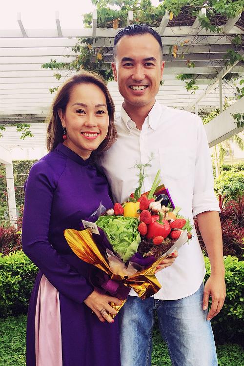 Vợ chồng chị Vân Nguyễn và bó hoa làm từ rau củ trồng tại vườn Đà Lạt.