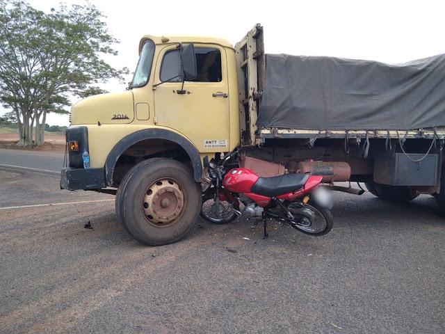 Acidente entre caminhão e motocicleta deixa mulher gravemente ferida, em Osvaldo Cruz