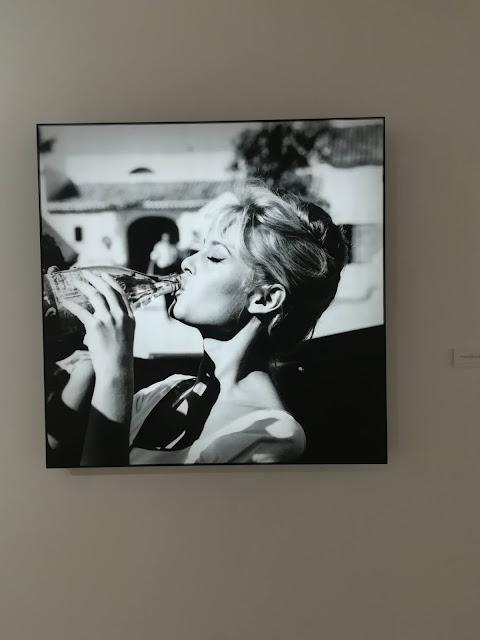 Brigitte Bardot en blanco y negro bebiendo agua de botella de cristal de Solares