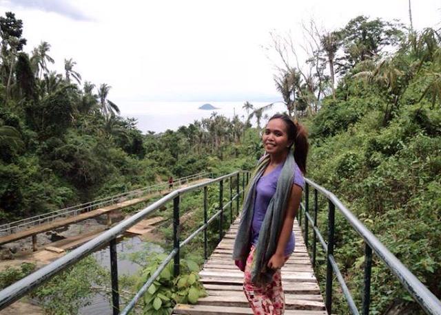 piękny most prowadzący do wodospadu