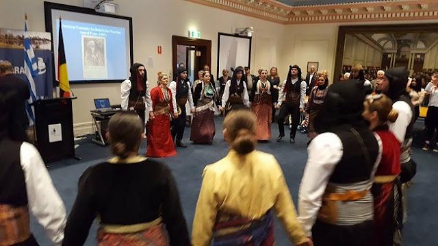 Παρουσιάζοντας παραδοσιακούς ποντιακούς χορούς κατά την διάρκεια της εκδήλωσης