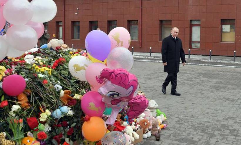 Putim deposita flores para as vitimas de incêndia em Shopping na Sibéreia-Rússia