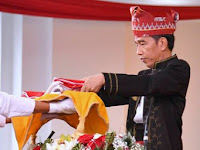 Begini Kisah Lucu Yang Hanya Diketahui Oleh Presiden Jokowi dan Pembawa Baki Bendera Pusaka Saja