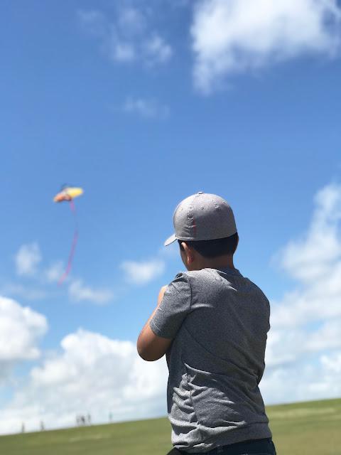 niño volando chiringa cometa
