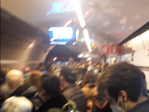 Un po' di folla sulla Metro A