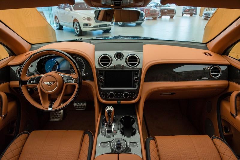 SUV nhanh nhất Thế giới: Bentley Bentayga Speed màu đen huyền bí