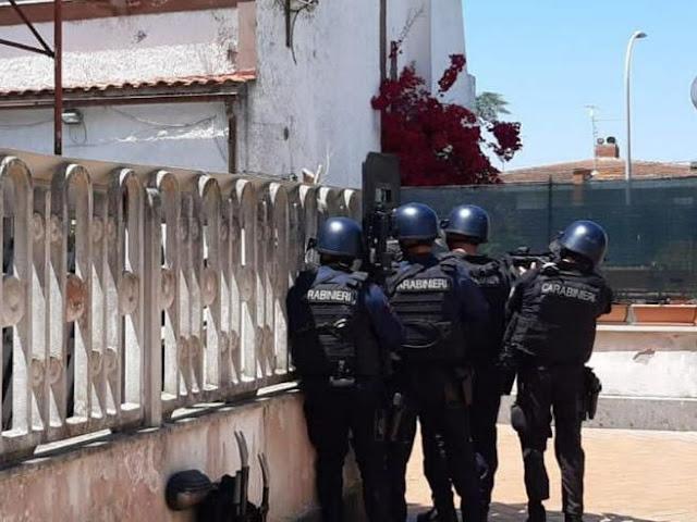 Spari in strada ad Ardea uccide un anziano e due bimbi che giocavano davanti casa. Poi si barrica in una villa e si suicida
