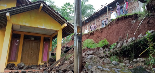 Akibat Hujan Deras, Talud Longsor Timpa Rumah Warga di Pengadegan