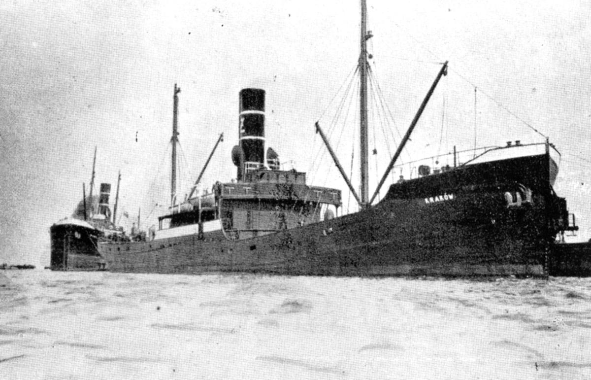 Statek parowy SS Kraków wpływa do portu w Gdyni