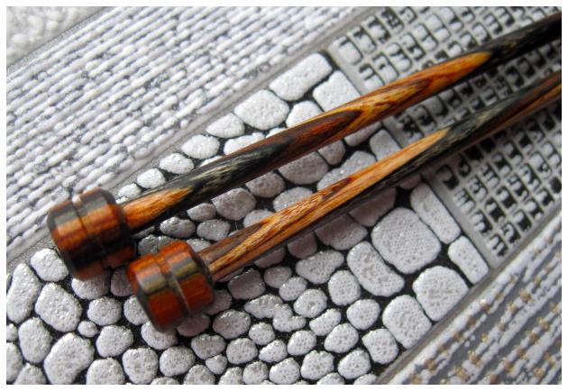 Прямые деревянные спицы Prym, крупный план.