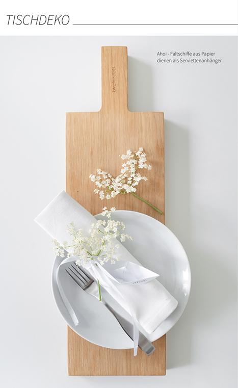 Tischdeko mit Faltschiffen aus Papier und Holunderblüten - die DRuckvorlage für die Papierboote findest du im MINIMALmagazin