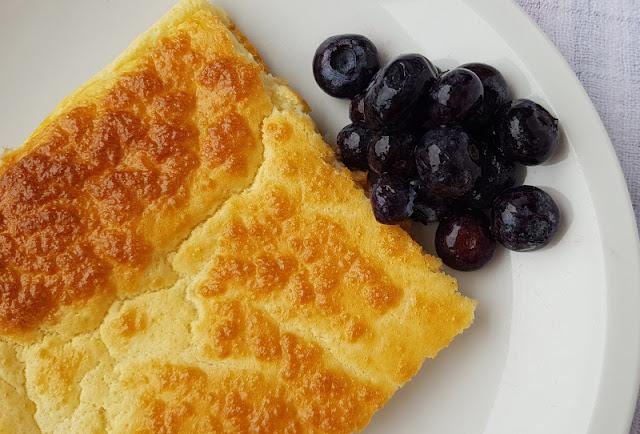 Rezept: Finnische Ofenpfannkuchen mit Blaubeeren vom Blech. Die Pfannkuchen aus dem Ofen sind praktisch und mit wenigen Zutaten zuzubereiten.