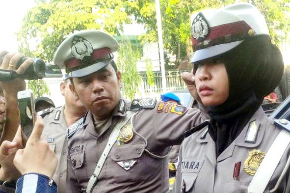 VIDEO: Tak Mau Dirazia, Pemilik Hotel Ini Ngamuk Tampar Polwan Muslimah Berjilbab