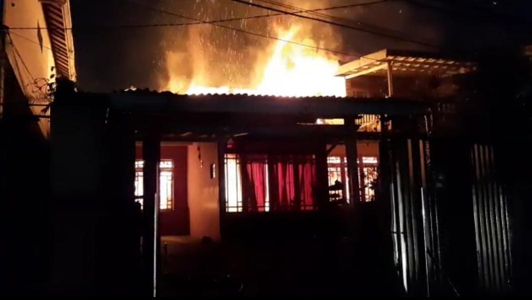 Diduga Kosleting Listrik, Satu Rumah Di Desa Sindanglaya Ludes Terbakar