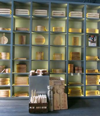 prateleira com tábuas de madeira