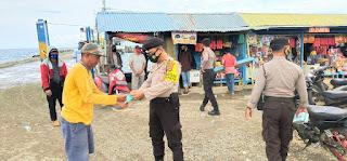Kasat Sabhara Polres Wajo Patroli Siang di Pelabuhan Bangsalae Serta Membagikan Masker Kepada Masyarakat