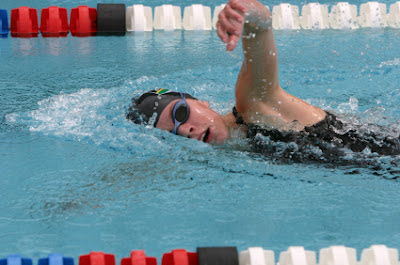 picture of a female swimmer doing freestyle specialized swimming workout in the pool.