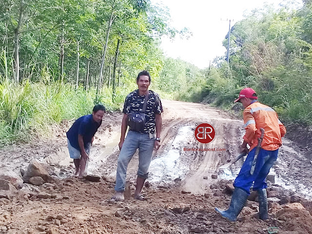 Perbaiki Jalan Rusak, Warga Desa Ampari Bura Bergotong royong