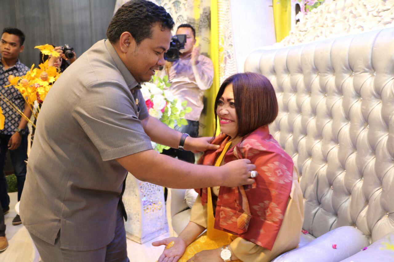 Walikota Tanjungbalai memakaikan baju adat Melayu kepada Ketua Pengadilan Negeri Tanjungbalai.