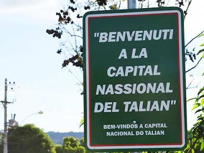 Cartello a Serafina Correa a indicare il bilinguismo ufficiale portoghese-talian